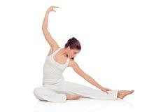 Giovane donna che fa allungando gli esercizi sul pavimento Immagine Stock Libera da Diritti