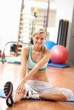 Giovane donna che fa allungando le esercitazioni in ginnastica Immagine Stock Libera da Diritti
