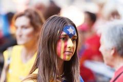 Giovane donna che fa bandiera catalana sul fronte Immagine Stock