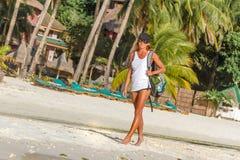 Giovane donna che fa bodyflex, forma fisica, allenamento di sport fuori Fotografia Stock