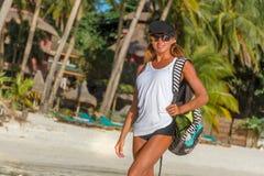 Giovane donna che fa bodyflex, forma fisica, allenamento di sport fuori Immagine Stock Libera da Diritti