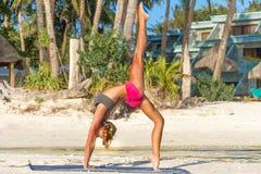 Giovane donna che fa bodyflex, forma fisica, allenamento di sport fuori Immagine Stock