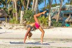 Giovane donna che fa bodyflex, forma fisica, allenamento di sport fuori Fotografie Stock