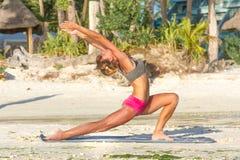 Giovane donna che fa bodyflex, forma fisica, allenamento di sport fuori Immagini Stock