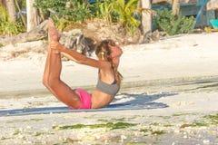 Giovane donna che fa bodyflex, forma fisica, allenamento di sport fuori Fotografia Stock Libera da Diritti
