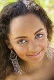 Giovane donna che fa contatto oculare. Immagine Stock Libera da Diritti