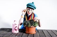 Giovane donna che fa cura del fiore Fotografia Stock Libera da Diritti