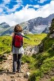 Giovane donna che fa escursione Fotografia Stock