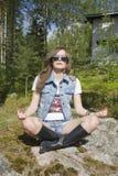 Giovane donna che fa esercitazione di yoga Immagini Stock