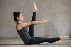Giovane donna che fa esercizio alterno di allungamento della gamba Immagine Stock Libera da Diritti