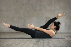 Giovane donna che fa esercizio alterno di allungamento della gamba Fotografia Stock Libera da Diritti