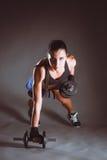 Giovane donna che fa esercizio con le teste di legno Fotografia Stock Libera da Diritti