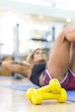 Giovane donna che fa esercizio dell'ABS alla palestra Fotografie Stock