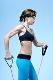 Giovane donna che fa esercizio di allenamento con l'allungamento dell'estensore Fotografie Stock