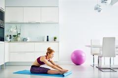 Giovane donna che fa esercizio di forma fisica a casa Immagine Stock Libera da Diritti