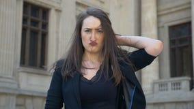 Giovane donna che fa espressione del fronte che scuote i suoi capelli e che si gira dalla tristezza verso la felicità video d archivio