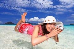 Giovane donna che fa foto facendo uso dello slr Immagine Stock