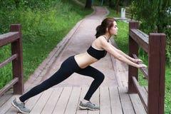 Giovane donna che fa ginnastica all'aperto nel pomeriggio Immagini Stock
