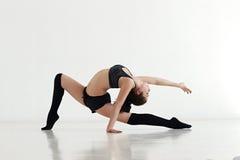 Giovane donna che fa ginnastica o la ginnastica Immagini Stock Libere da Diritti