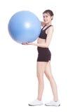 Giovane donna che fa gli esercizi con la palla di forma fisica fotografie stock libere da diritti