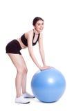 Giovane donna che fa gli esercizi con la palla di forma fisica fotografie stock