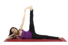 Giovane donna che fa gli esercizi dei pilates Fotografia Stock