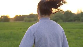 Giovane donna che fa gli sport in natura all'alba video d archivio