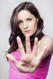 Giovane donna che fa il fanale di arresto Fotografia Stock Libera da Diritti