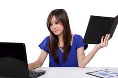 Giovane donna che fa il suo lavoro d'ufficio, isolato su bianco Fotografia Stock