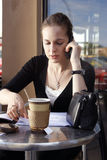 Giovane donna che fa lavoro di ufficio Immagine Stock
