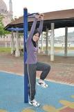 Giovane donna che fa le esercitazioni Fotografia Stock Libera da Diritti