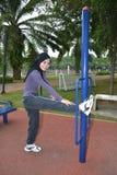 Giovane donna che fa le esercitazioni Immagine Stock