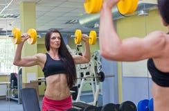 Giovane donna che fa le esercitazioni di forma fisica Immagini Stock Libere da Diritti