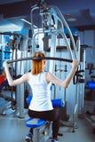 Giovane donna che fa le esercitazioni di forma fisica con l'espansore Immagine Stock