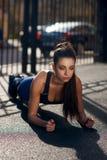 Giovane donna che fa plancia all'aperto Fotografie Stock Libere da Diritti