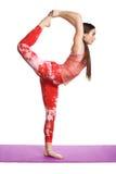 Giovane donna che fa pratica preparando esercizio di yoga isolato sulla sanità bianca del fondo Fotografia Stock