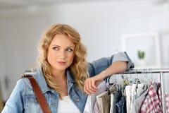 Giovane donna che fa spesa fotografia stock