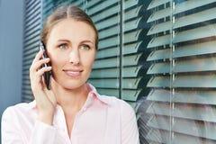Giovane donna che fa telefonata con lo smartphone Immagine Stock Libera da Diritti