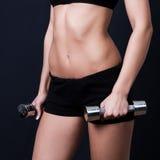 Giovane donna che fa un allenamento di forma fisica Fotografie Stock
