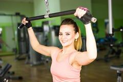 Giovane donna che fa un allenamento di forma fisica con l'apparecchiatura di addestramento Fotografia Stock