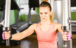 Giovane donna che fa un allenamento di forma fisica con l'apparecchiatura di addestramento Fotografia Stock Libera da Diritti