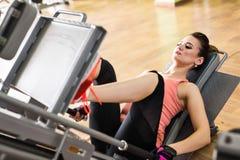 Giovane donna che fa un allenamento di forma fisica con l'apparecchiatura di addestramento Fotografie Stock Libere da Diritti