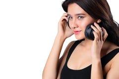 Giovane donna che fa un bWoman che ascolta la musica sulle cuffie che godono di un ricciolo del musicicep isolato su briciolo Immagini Stock Libere da Diritti