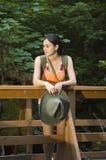 Giovane donna che fa un'escursione in estate Immagine Stock