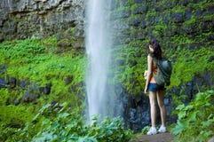 Giovane donna che fa un'escursione in estate Fotografia Stock Libera da Diritti