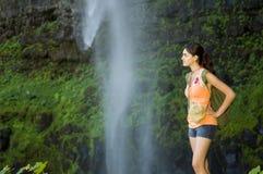 Giovane donna che fa un'escursione in estate Immagine Stock Libera da Diritti