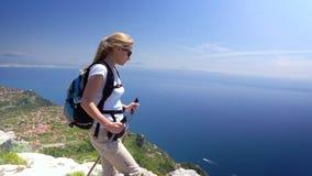 Giovane donna che fa un'escursione in montagne sopra la costa di Amalfi stock footage