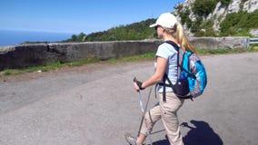 Giovane donna che fa un'escursione in montagne sopra la costa di Amalfi video d archivio