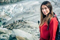 Giovane donna che fa un'escursione nelle alpi svizzere Immagine Stock Libera da Diritti