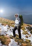 Giovane donna che fa un'escursione nelle montagne Fotografia Stock Libera da Diritti